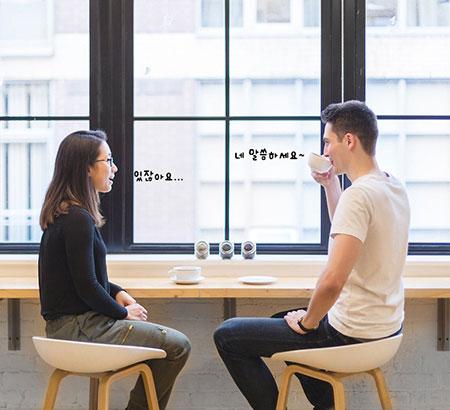 남녀과 대화하는 이미지